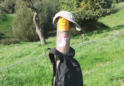 Rucksack an Wegmarkierung
